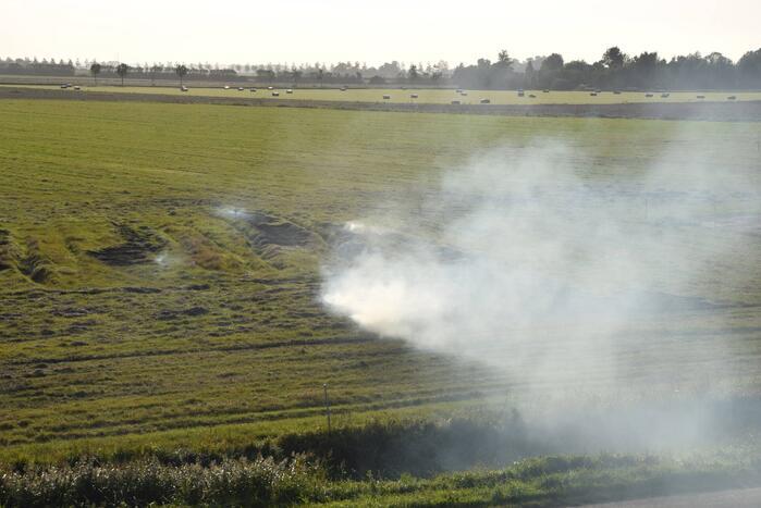 Brandend gras bestreden door brandweer