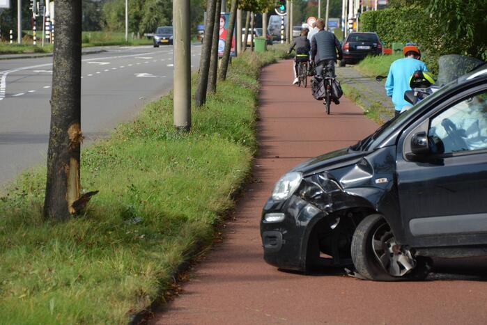 Kerende auto op fietspad zorgt voor ravage