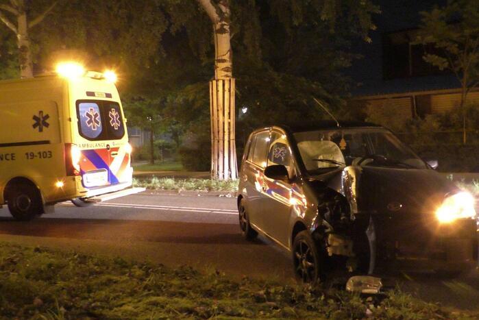 Auto botst tegen lantaarnpaal aan