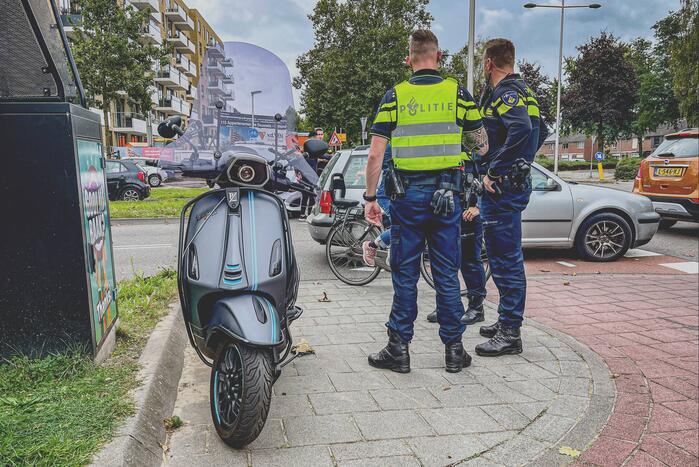 Opzittende scooter gewond bij botsing met bestelbus pakketbezorger