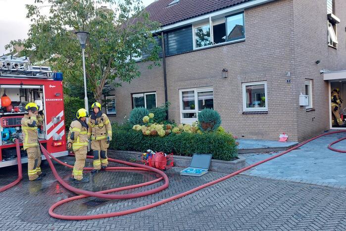 Brandweer blust brand in woning