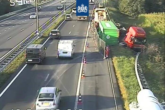 Vrachtwagen gekanteld op snelweg