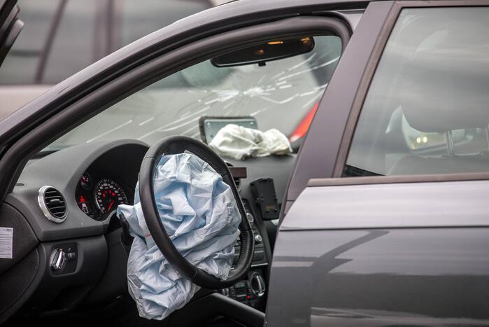Auto rijdt tegen gevel van wooncomplex