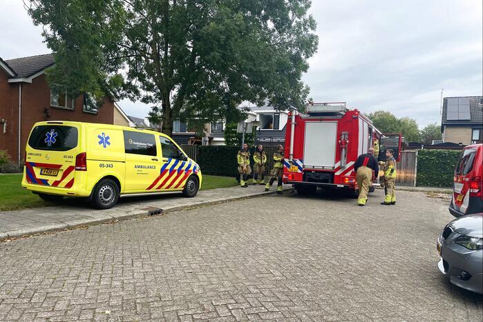 Brandweer blust brand in keuken