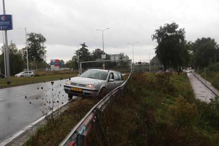 Auto raakt van de weg en belandt tegen vangrail