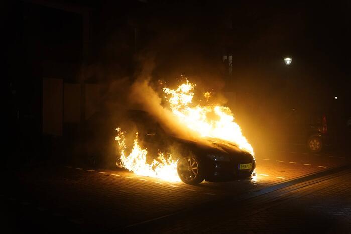 Auto op de parkeerplaats volledig uitgebrand