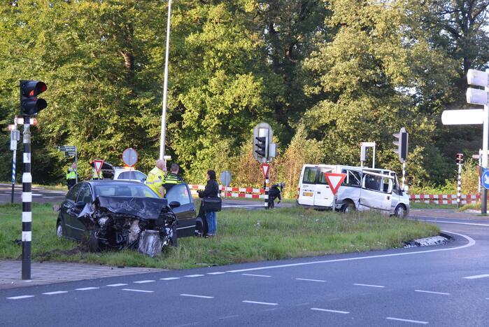 Twee gewonden bij forse aanrijding met auto en bestelbus