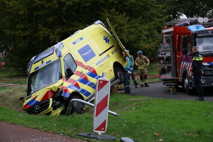 Ambulance eindigt in sloot