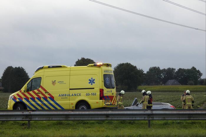 Auto belandt in greppel naast snelweg
