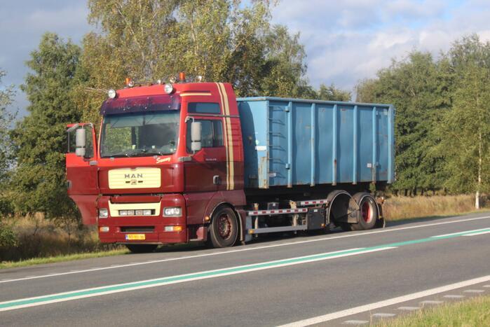 Twee auto's beschadigd nadat vrachtwagen wiel verliest