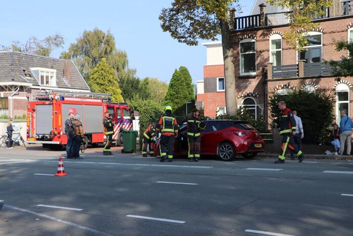 Automobilist ramt geparkeerde auto's