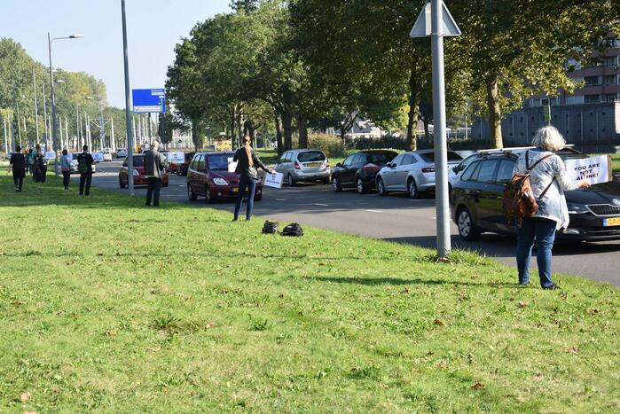 Demonstranten tegen coronavaccin langs de weg