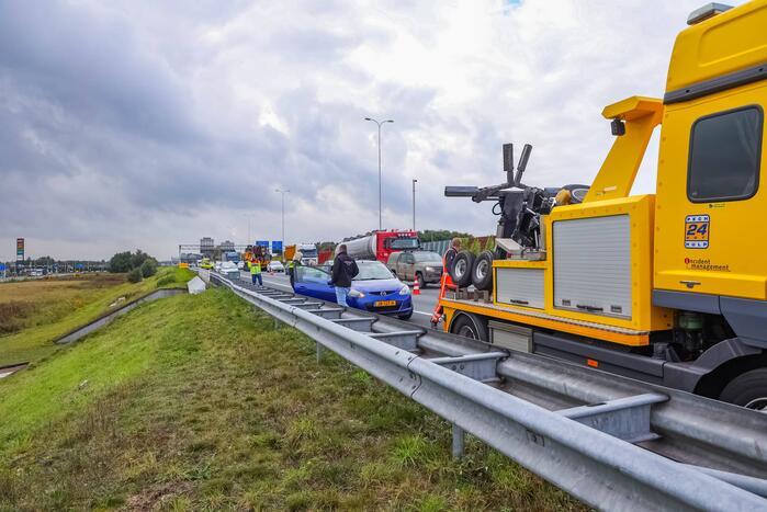 Vrachtwagenchauffeur botst met vrachtwagen achterop personenauto