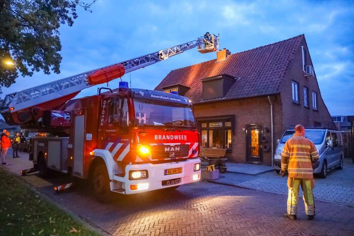 Brandweer blust schoorsteenbrand